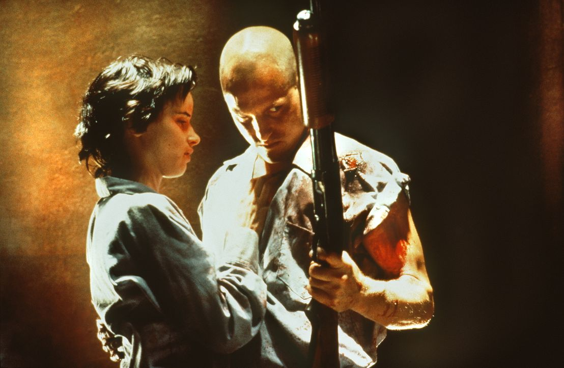 Mickey (Woody Harrelson, r.) und Mallory (Juliette Lewis, l.) sind das berüchtigtste Killer-Pärchen Amerikas. Bei ihren Überfällen lassen sie stets... - Bildquelle: Warner Bros.