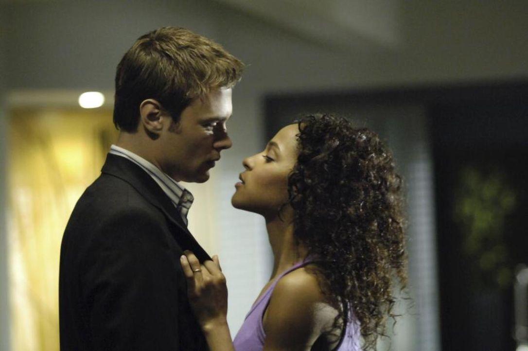 Shawn (Patrick Flueger, l.) versucht erneut, sich von Isabelle (Megalyn Echikunwoke, r.) zu trennen. Doch diese will davon überhaupt nichts wissen .... - Bildquelle: Viacom Productions Inc.