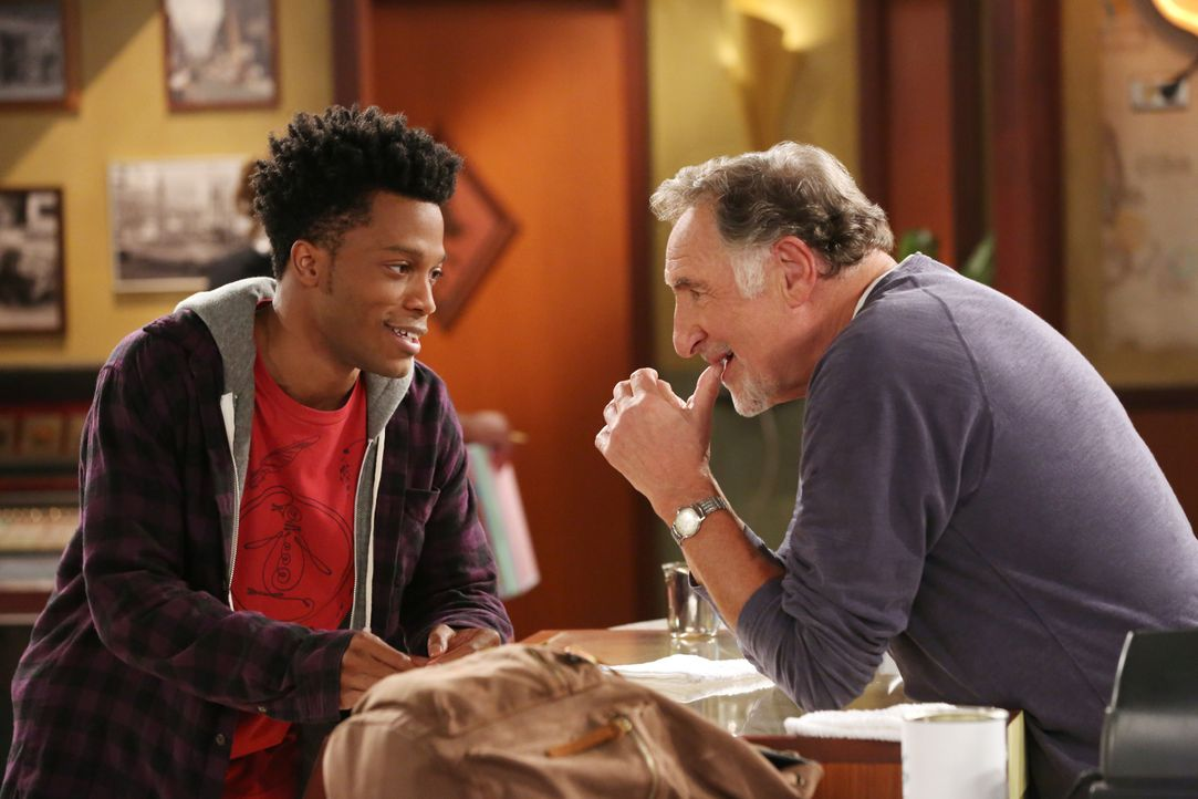 Der junge, motivierte Franco (Jermaine Fowler, l.) stellt sich bei Arthur (Judd Hirsch, r.) vor, als dieser für seinen Donutladen eine Aushilfe brau... - Bildquelle: Michael Yarish 2016 CBS Broadcasting, Inc. All Rights Reserved. / Michael Yarish