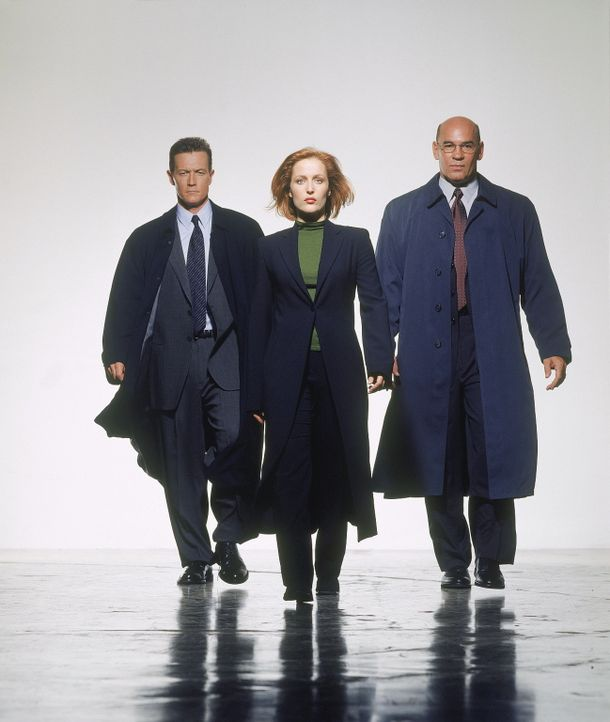 (8. Staffel) - FBI-Agentin Dana Scully (Gillian Anderson, M.), FBI-Agent John Doggett (Robert Patrick, l.) und FBI-Direktor Walter Skinner (Mitch Pi... - Bildquelle: TM +   2000 Twentieth Century Fox Film Corporation. All Rights Reserved.