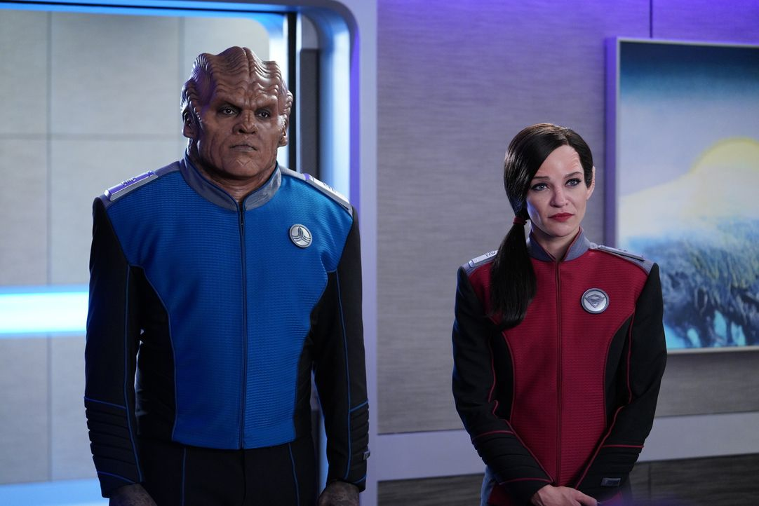 Lieutenant Commander Bortus (Peter Macon, l.); Lieutenant Talla Keyali (Jessica Szohr, r.) - Bildquelle: Michael Becker 2019 Twentieth Century Fox Film Corporation. All rights reserved. / Michael Becker