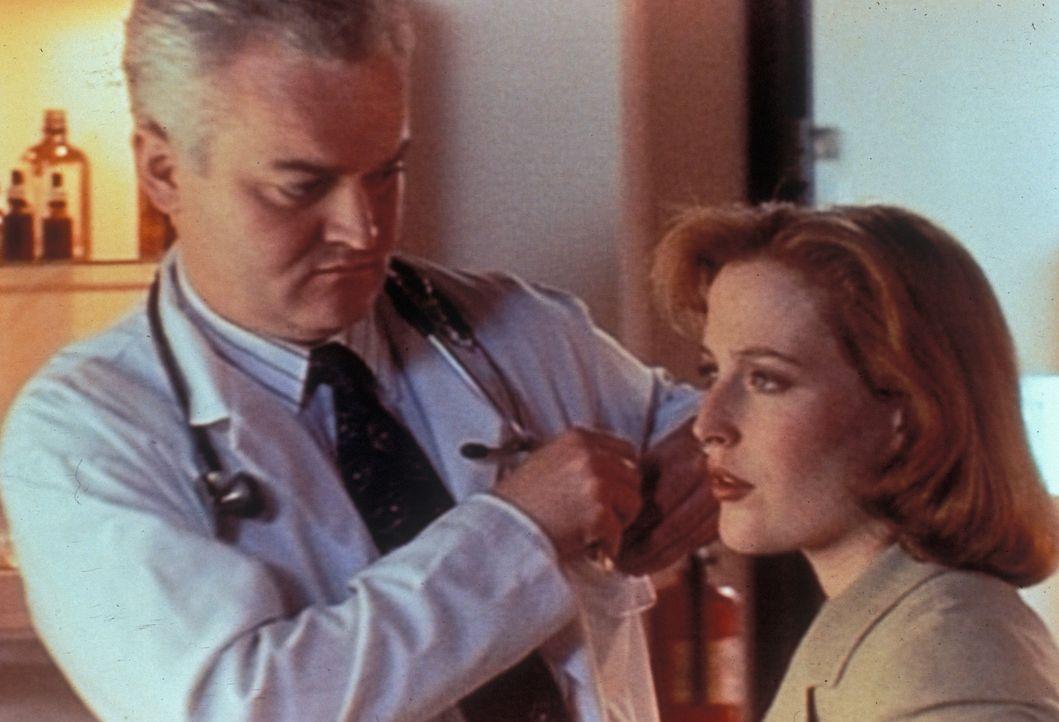 Nachdem der Metalldetektor des FBIs mehrmals bei Dana Scully (Gillian  Anderson, r.) angeschlagen hat, obwohl sie keinerlei metallische Gegenstände... - Bildquelle: TM +   Twentieth Century Fox Film Corporation. All Rights Reserved.