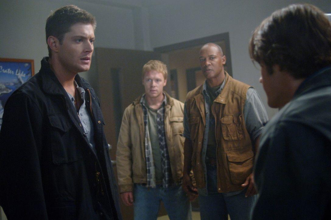 Dean (Jensen Ackles, l.) befürchtet, dass sich Sam (Jared Padalecki, r.) ebenfalls angesteckt hat ... - Bildquelle: Warner Bros. Television