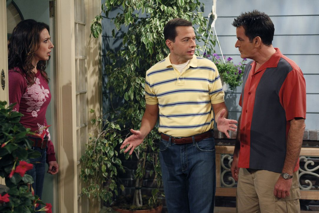 Charlie (Charlie Sheen, r.) steckt Judith (Marin Hinkle, l.), dass Lyndsey möchte, das Alan (Jon Cryer, M.) bei ihr einzieht. Judith die ganz in der... - Bildquelle: Warner Brothers Entertainment Inc.