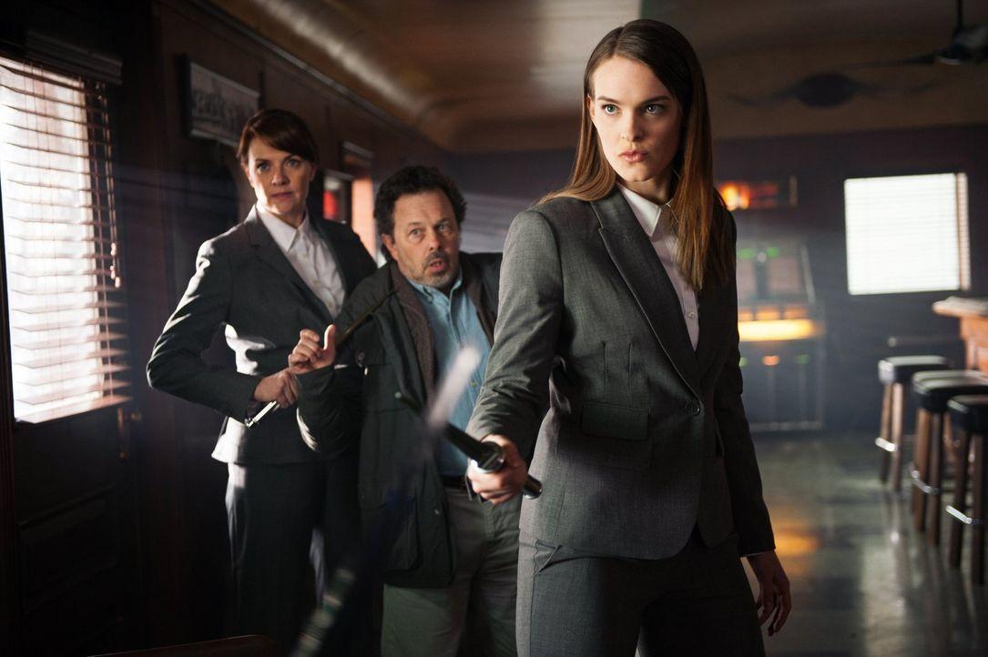 Als Naomi (Amanda Tapping, l.) bei Cas und Metatron (Curtis Armstrong, M.) auftaucht, scheint der Kampf schon verloren, doch Cas will nicht aufgeben... - Bildquelle: Warner Bros. Television
