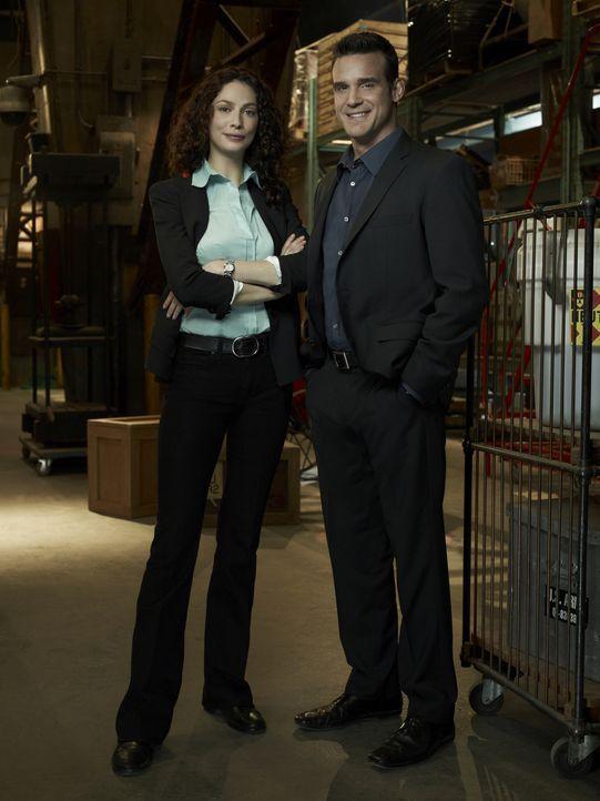 Unterschiedlicher können die Agenten Myka Bering (Joanne Kelly, l.) und Pete Lattimer (Eddie McClintock, r.) nicht sein: Sie hält sich gern an Regel... - Bildquelle: Justin Stephens SCI FI Channel