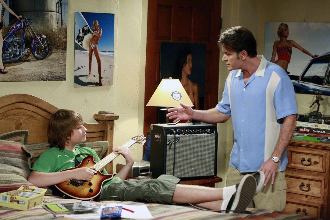 Jake (Angus T. Jones, l.) ist so unhöflich zu Charlies Verlobter Chelsea, dass Charlie (Charlie Sheen, r.) eingreift und von Jake verlangt, er solle... - Bildquelle: Warner Bros. Television