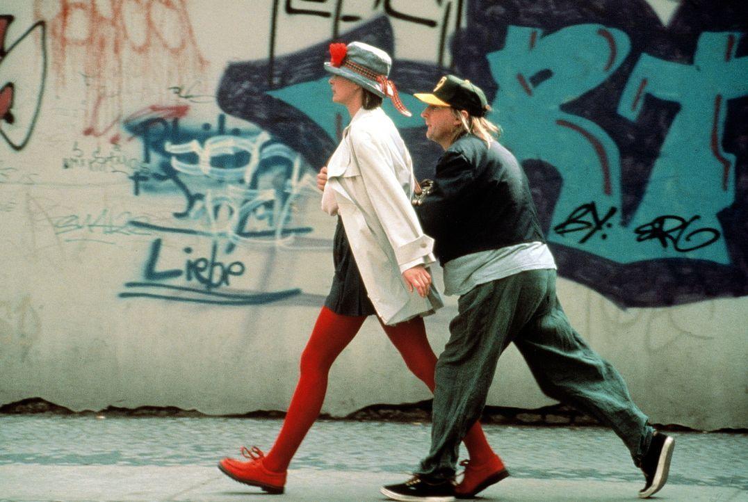 Otto (Otto Waalkes, r.) verliebt sich unsterblich in Tina (Jessika Cardinahl, l.), doch die hält ihn für einen Taschendieb und macht sich aus dem St...