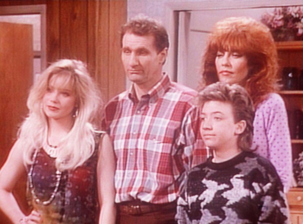 (v.l.n.r.) Kelly (Christina Applegate), Al (Ed O'Neill), Bud (David Faustino) und Peggy (Katey Sagal) freuen sich auf einen gemeinsamen Videoabend. - Bildquelle: Sony Pictures Television International. All Rights Reserved.