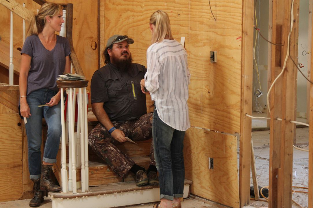 Während Jep sich für das neue Haus nichts sehnlicher wünscht als einen 80-Zoll-LED-Fernseher, stellt Jessica (r.) vor Justin (M.) und Korie (l.) kla... - Bildquelle: 2013 A+E Networks