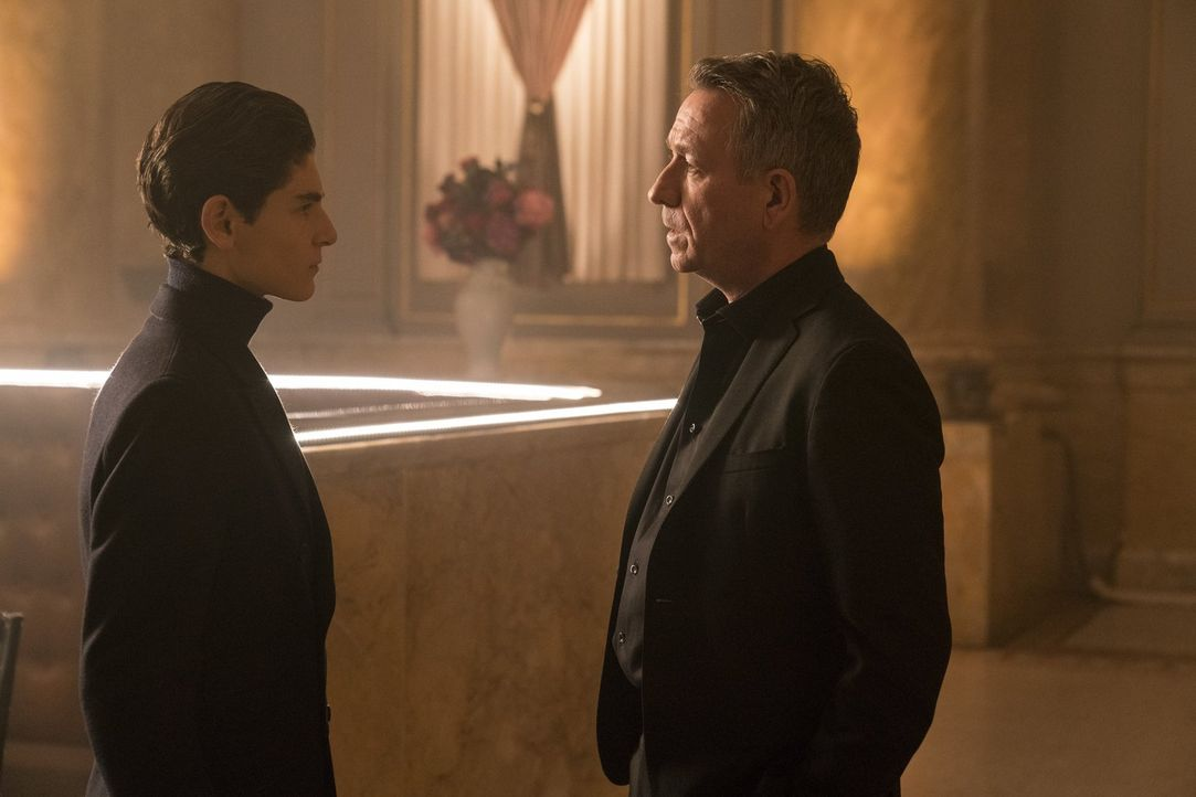Bruce (David Mazouz, l.) entschließt sich dazu, mit Alfred (Sean Pertwee, r.) ein klärendes Gespräch führen zu wollen. Wie wird dieses verlaufen? - Bildquelle: 2017 Warner Bros.