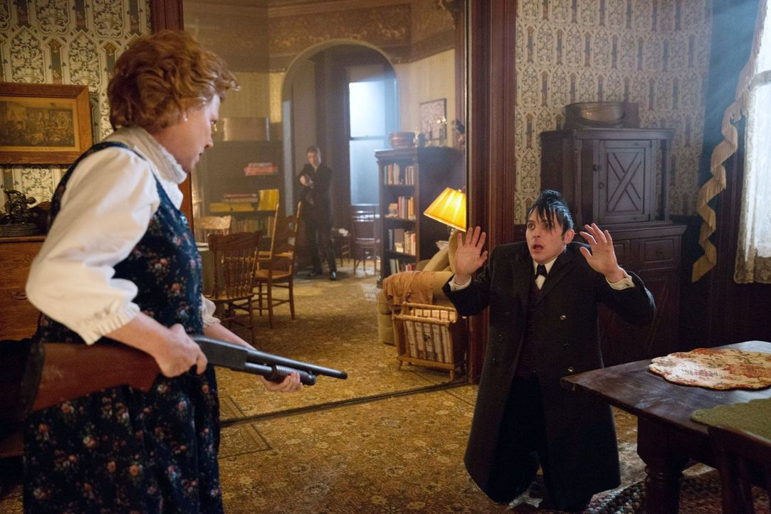 Mit Marge (Becky Ann Baker, l.) ist nicht zu spaßen: Gordon (Ben McKenzie, M.) und Cobblepot (Robin Lord Taylor, r.) geraten in große Gefahr ... - Bildquelle: Warner Bros. Entertainment, Inc.