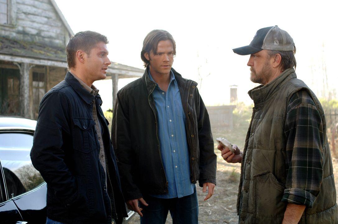Gemeinsam mit Bobby (Jim Beaver, r.) suchen Sam (Jared Padalecki, M.) und Dean (Jensen Ackles, l.) nach einer Lösung, denn es bleiben nur noch 30 S... - Bildquelle: Warner Bros. Television