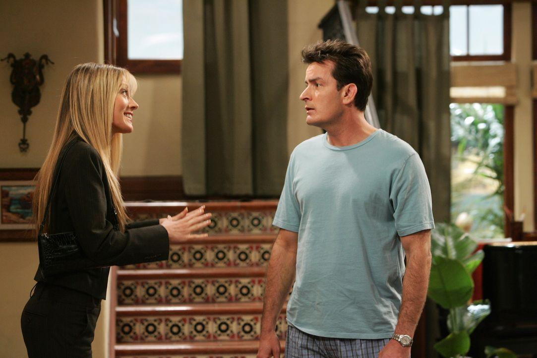 Charlie (Charlie Sheen, r.) hat Probleme mit seiner Potenz. Colleen (Natalie Zea, l.) kann das nicht verstehen ... - Bildquelle: Warner Brothers Entertainment Inc.