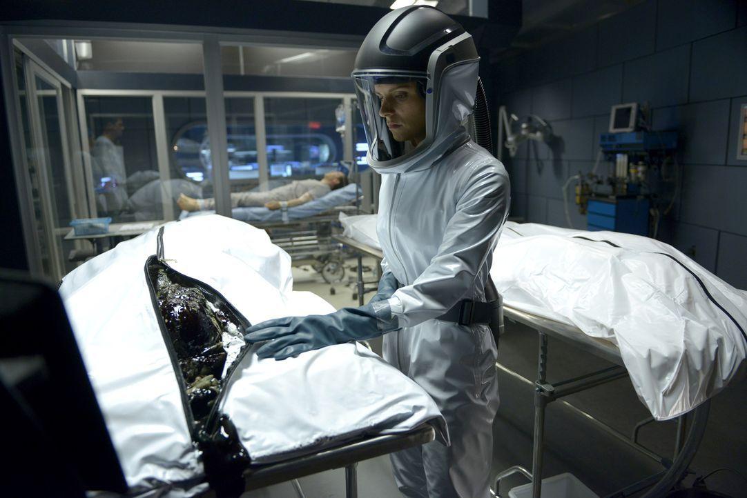 Bei der Untersuchung der ersten Leichen wird Dr. Sarah Jordan (Jordan Hayes) und ihren Kollegen bewusst, dass sie es hier nicht mit einem bekannten... - Bildquelle: 2014 Sony Pictures Television Inc. All Rights Reserved.