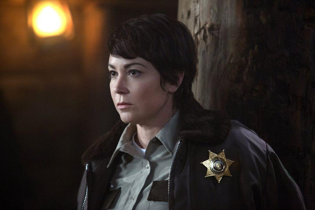 Ein Sheriff-Workshop steht für Jody (Kim Rhodes) bevor. Als sie glaubt es könnte nicht mehr schlimmer werden, erfährt sie von ungewöhnlichen Leichen... - Bildquelle: 2016 Warner Brothers