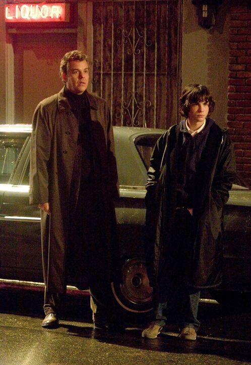 Sein Sohn Robin (Logan Lerman, r.) und sein bester Freund, Isaac French (Danny Huston, l.), befürchten schon bald, dass Walter zwischen der Geschich... - Bildquelle: 2007 Warner Brothers