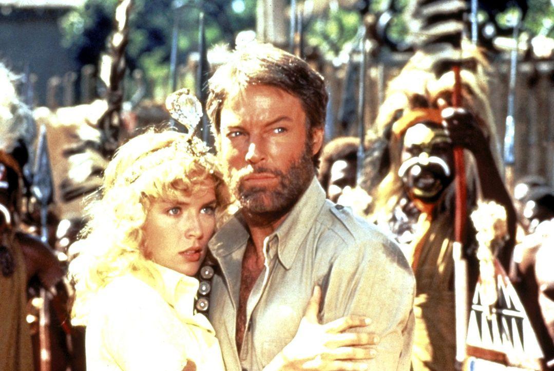 Quartermain (Richard Chamberlain, 2.v.r.) und Jessie (Sharon Stone, l.) geraten in die Hände eines Kannibalenstammes ... - Bildquelle: Cannon Group