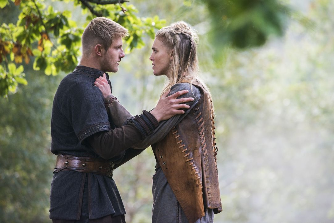 Hat ihre Liebe eine Chance? Bjorn (Alexander Ludwig, l.) und Porunn (Gaia Weiss, r.) ... - Bildquelle: 2014 TM TELEVISION PRODUCTIONS LIMITED/T5 VIKINGS PRODUCTIONS INC. ALL RIGHTS RESERVED.