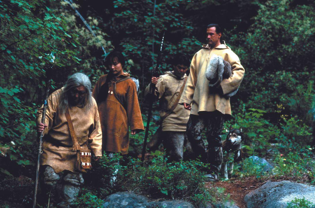 Chief Silook (Chief Irvin Brink, l.) begleitet Masu (Joan Chen, 2.v.l.) und Forrest Taft (Steven Seagal, r.) durch das unwegsame Gelände. - Bildquelle: Warner Bros.
