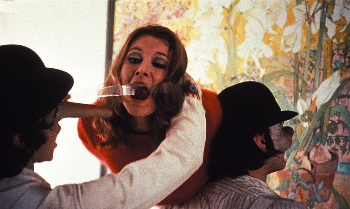 Vor Alex (Malcolm McDowell, l.) und seinen brutalen Freunden ist niemand sicher. Zum Spaß verprügeln die Jugendlichen Greise und Obdachlose, rauben... - Bildquelle: Warner Bros. Television