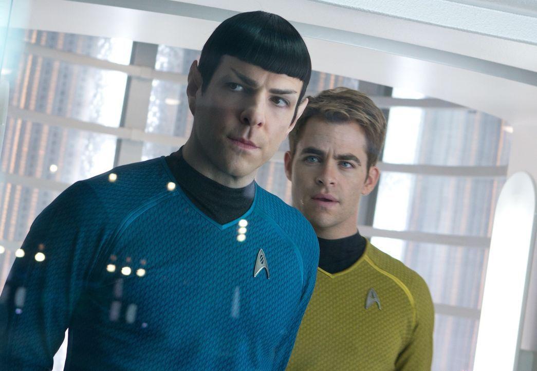 Als ein fürchterlicher Terroranschlag London erschüttert, werden Kirk (Chris Pine, r.) und Spock (Zachary Quinto, l.) auf eine lebensgefährliche Ver... - Bildquelle: Zade Rosenthal 2013 Paramount Pictures.  All Rights Reserved.