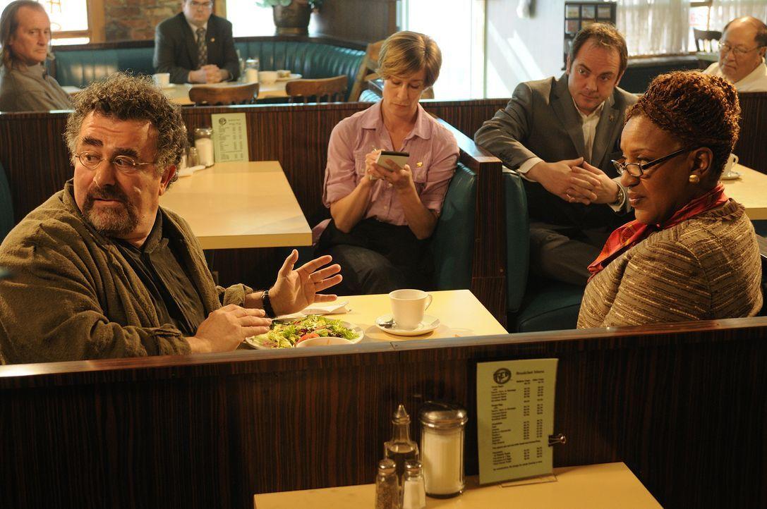 In der Falle: Agentin Mrs. Fredrick (CCH Pounder, vorne r.) hat Artie (Saul Rubinek, l.) zu den Räten gelockt. Sie wollen seine Urteilsfähigkeit übe... - Bildquelle: Steve Wilkie SCI FI Channel