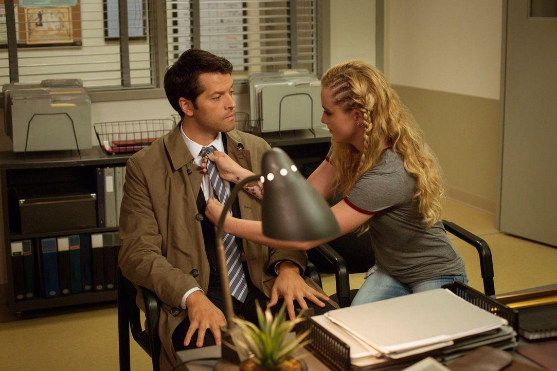 Bei seinen Nachforschungen über die Familie von Jimmy Novak erfährt Castiel (Misha Collins, l.), dass dessen Tochter Claire Novak (Kathryn Newton, r... - Bildquelle: 2016 Warner Brothers