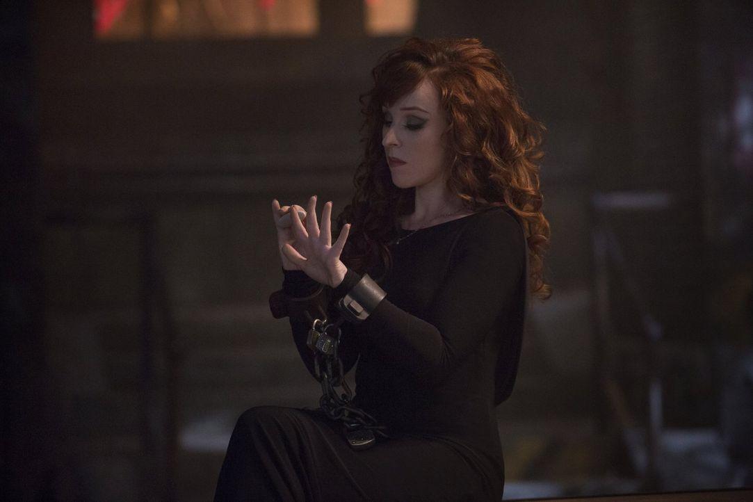 Als Crowley erfährt, dass seine Mutter Rowena (Ruth Connell) vermisst wird, bittet er einen alten Feind um Hilfe, aber will er sie retten oder aufha... - Bildquelle: 2016 Warner Brothers
