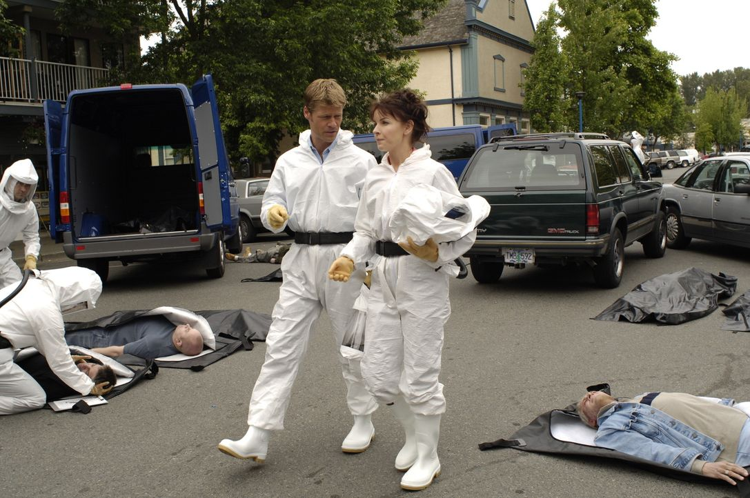 Eine Stadt voller toter Menschen führt Tom (Joel Gretsch, l.) und Diana (Jacqueline McKenzie, r.) auf die grausige Spur von Jean DeLynn Baker ... - Bildquelle: Viacom Productions Inc.
