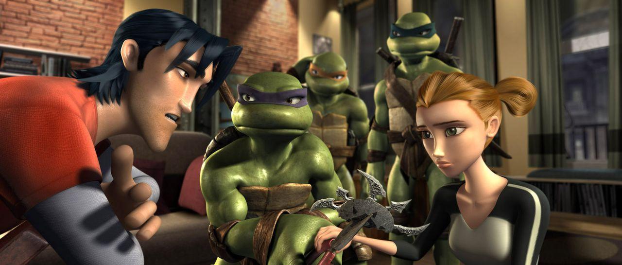 Leonardo (h. r.), Donatello (M.), Raphael (h. l.) und ihre Freunde April O'Neil (v. r.) und Casey Jones (v. l.) wissen nicht, was sie noch machen so... - Bildquelle: TOBIS Filmkunst GmbH