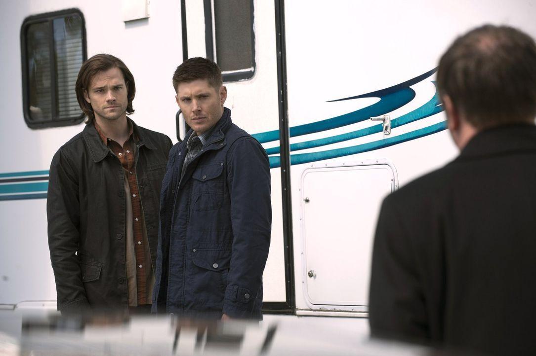 Auch, wenn sie das selbe Ziel haben, ist der Weg dorthin eindeutig nicht mehr der gleiche: Sam (Jared Padalecki, l.) und Dean (Jensen Ackles, r.) ... - Bildquelle: 2013 Warner Brothers