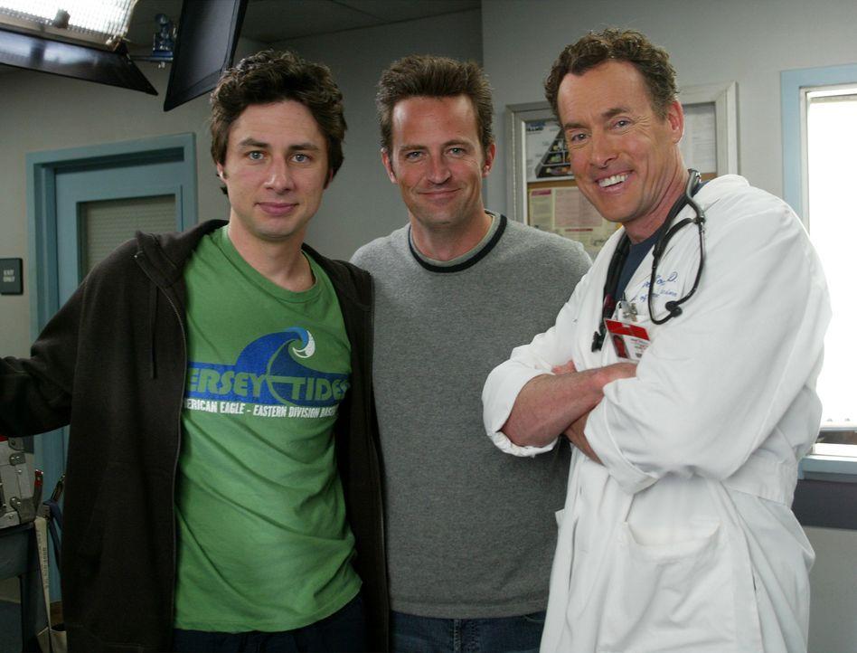 J.D. (Zach Braff, l.) ist stolz darauf, Murray (Matthew Perry, M.) aufgetrieben zu haben und überredet diesen tatsächlich dazu, eine Niere für seine... - Bildquelle: Touchstone Television