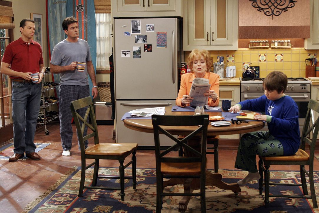 Evelyn (Holland Taylor, 2.v.r.) erfährt vom Tod ihres zweiten Ehemannes Harry. Gemeinsam mit ihren Söhnen Charlie (Charlie Sheen, 2.v.l.) und Alan (... - Bildquelle: Warner Bros. Television