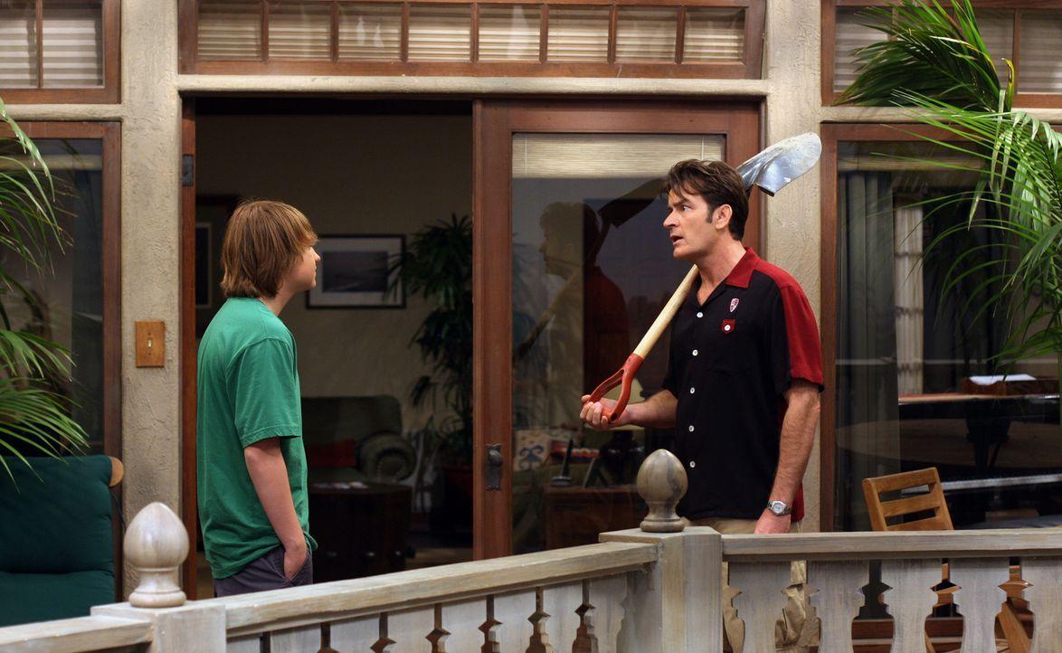 Jake (Angus T. Jones, l.) versucht alles, um seinen Onkel Charlie (Charlie Sheen, r.), dazu zu bringen, als Beifahrer für seinen Lernführerschein be... - Bildquelle: Warner Brothers Entertainment Inc.