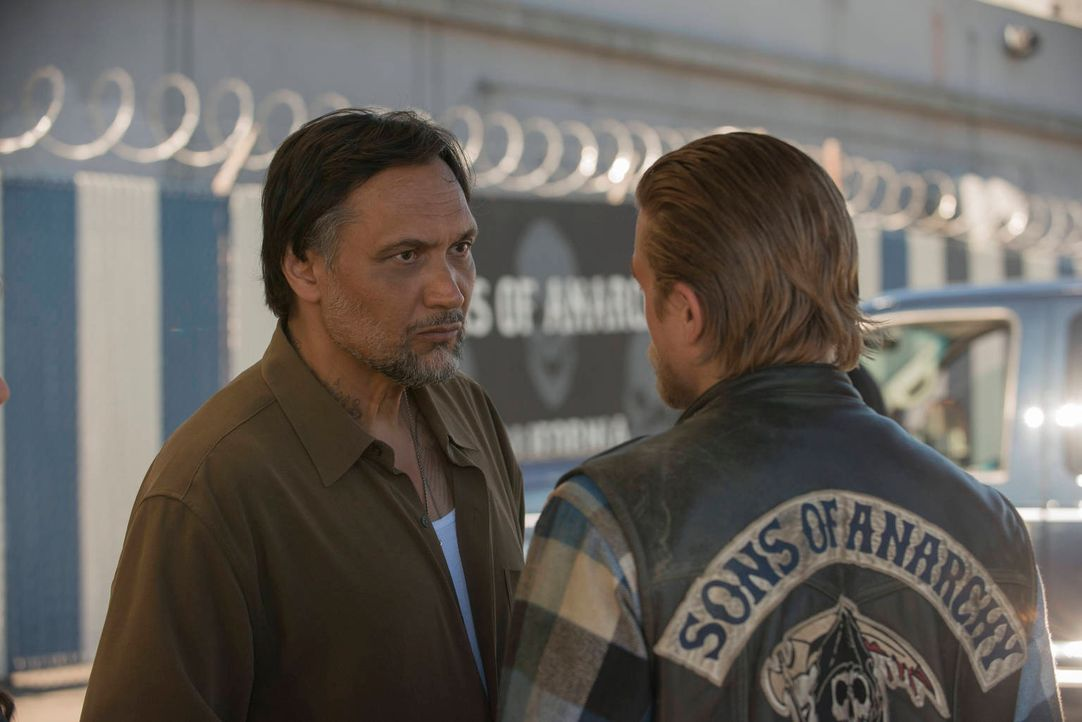Neue Geschäftspartner: Nero (Jimmy Smits, l.) und Jax (Charlie Hunnam, r.) ... - Bildquelle: 2012 Twentieth Century Fox Film Corporation and Bluebush Productions, LLC. All rights reserved.