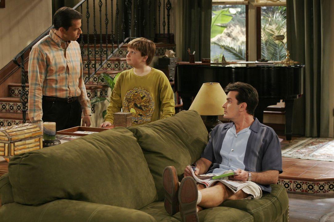 Jake (Angus T. Jones, M.) muss sich für sein Verhalten vor seinem Vater (Jon Cryer, l.) und seinem Onkel Charlie (Charlie Sheen, r.) rechtfertigen .... - Bildquelle: Warner Brothers Entertainment Inc.