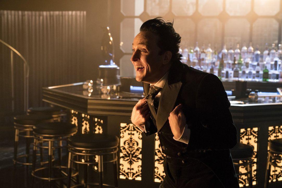Pinguin (Robin Lord Taylor) erhält von unerwarteter Seite Unterstützung. Unterdessen setzt Nygma daran, zu seinem alten Ich zurückzukehren ... - Bildquelle: 2017 Warner Bros.