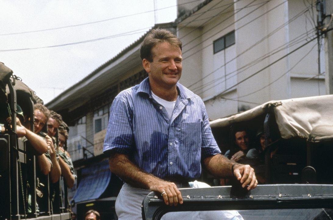 Adrian Cronauer (Robin Williams), der neue Discjockey eines Soldatensenders in Saigon 1965, steigt durch seine freche, unbekümmerte Art rasch zum Li... - Bildquelle: Touchstone Pictures