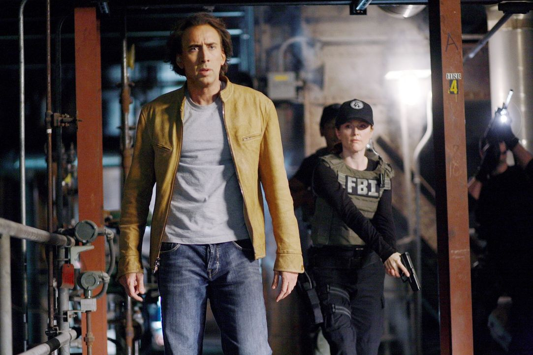 Als das FBI erfährt, dass Terroristen eine Bombe in der Nähe von L.A. zünden wollen, wird Johnson (Nicolas Cage, l.), der in die Zukunft sehen kann,... - Bildquelle: t   2007 Paramount pictures. All Rights Reserved.