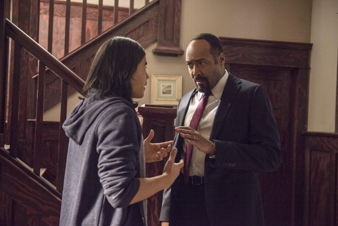 Joe (Jesse L. Martin, r.) hofft, dass Cisco (Carlos Valdes, l.) in dem alten Haus von Barrys Familie wichtige Indizien findet, die ihnen vielleicht... - Bildquelle: Warner Brothers.