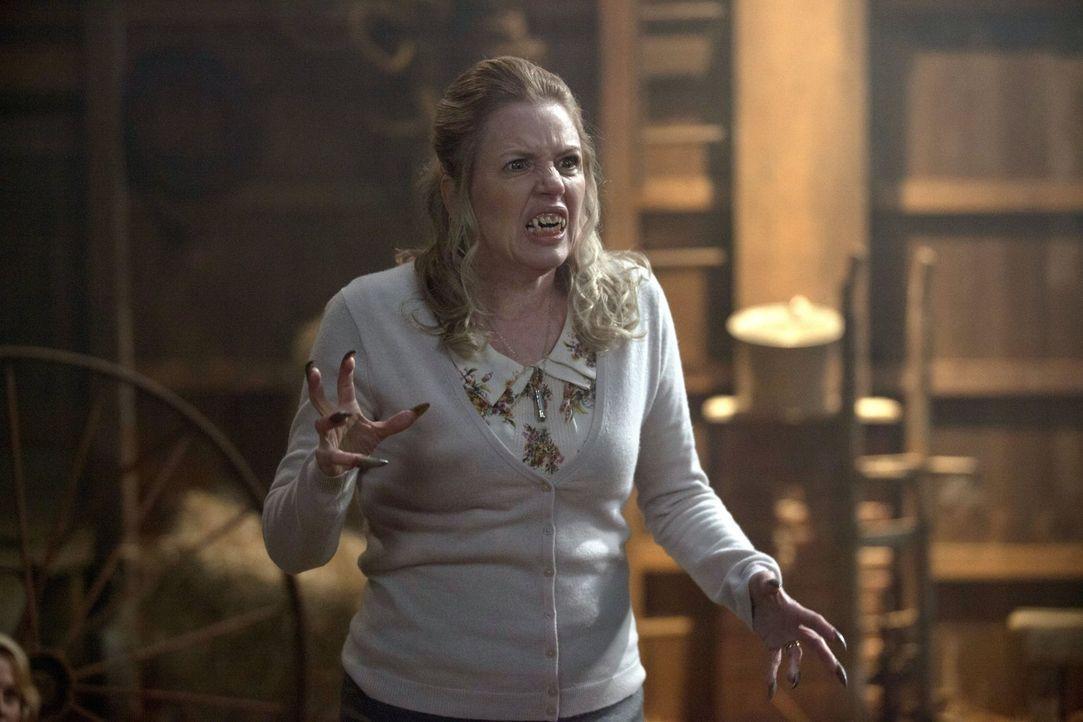 Ist Schwester Joy (Eve Gordon) wirklich so harmlos, wie der ehemalige Jäger Garth vermutet? - Bildquelle: 2013 Warner Brothers