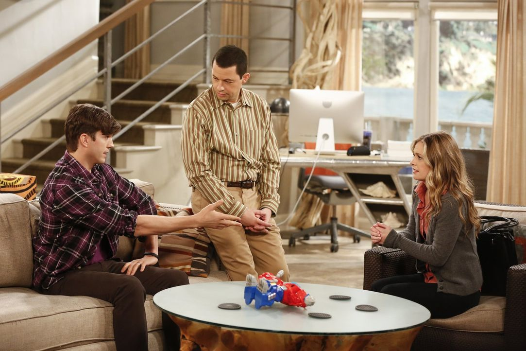 Walden (Ashton Kutcher, l.) tritt einer Selbsthilfegruppe für Adoptivväter bei, während Alan (Jon Cryer, M.) ein Verhältnis mit der Sozialarbeiterin... - Bildquelle: Warner Brothers Entertainment Inc.