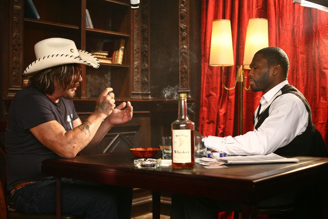 Der reiche Jimmy (50 Cent, r.) erinnert seinen Spieler Jefferson (Mickey Rourke, l.) nur zu gerne daran, wie er zum  Roulettespiel kommt ... - Bildquelle: Constantin Film Verleih GmbH