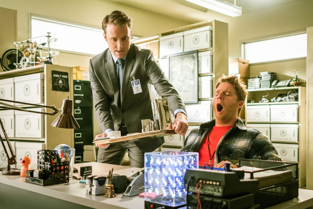 Um Brians (Jake McDorman, r.) Sicherheit zu gewährleisten, bekommen Ike und Mike Verstärkung von Spike 3 (Stephen O'Reilly, l.) ... - Bildquelle: Michael Parmelee 2015 CBS Broadcasting, Inc. All Rights Reserved