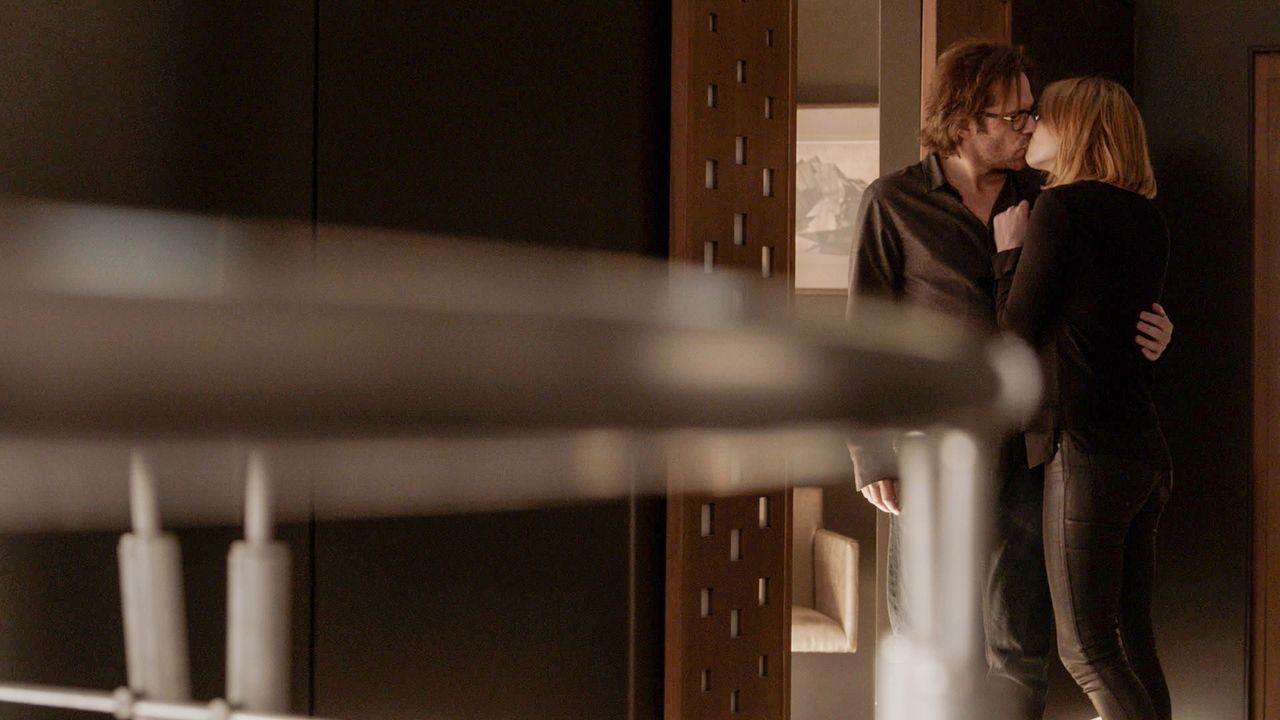 Nach zehn Jahren Trennung hat sich an Jamies (Kristen Connolly, r.) und Mitchs (Wiliam Albert Burke, l.) Gefühlen füreinander nicht geändert ... - Bildquelle: 2017 CBS Broadcasting, Inc. All Rights Reserved