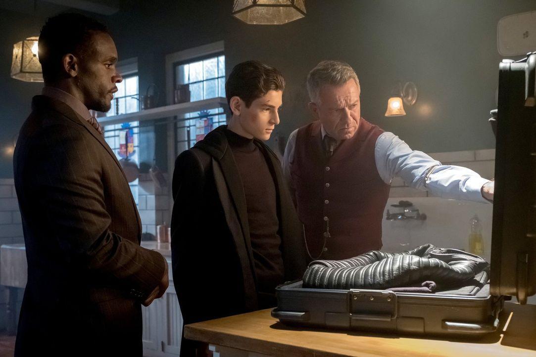 Mit der Hilfe von Lucius (Chris Chalk, l.) und Alfred (Sean Pertwee, r.) rüstet sich Bruce (David Mazouz, M.) für seine Mission ... - Bildquelle: 2017 Warner Bros.