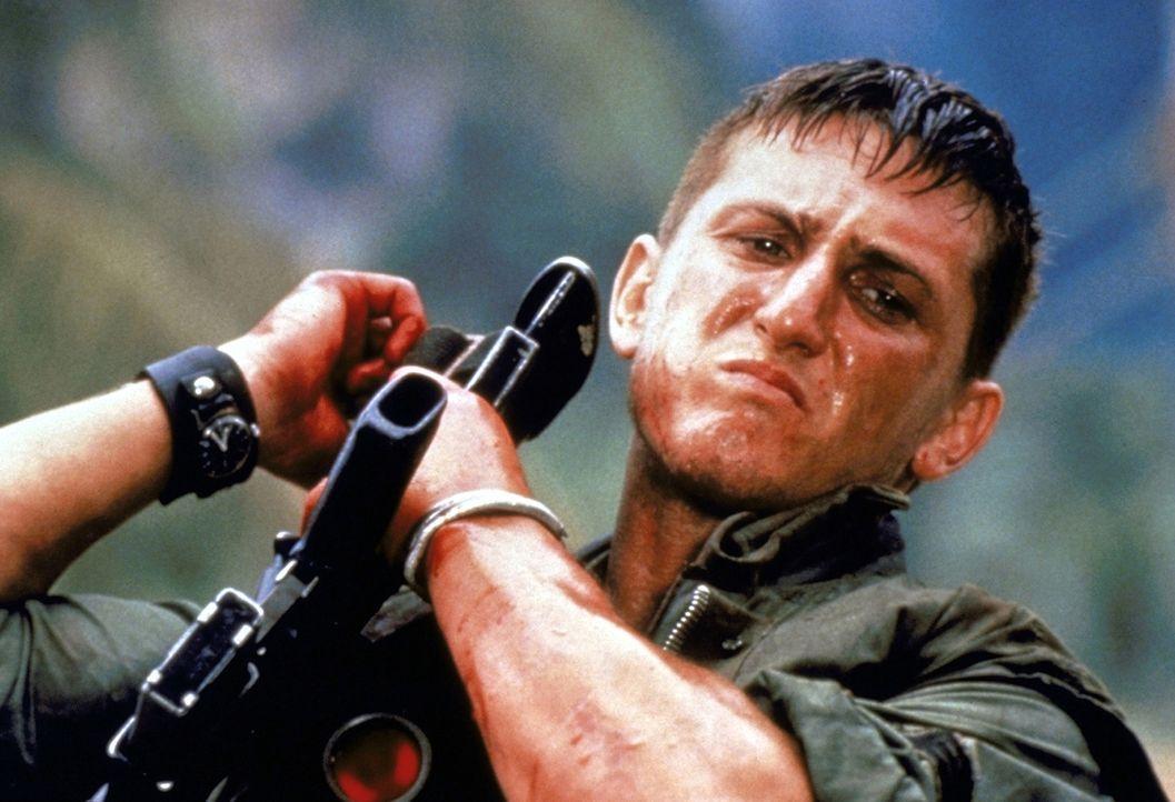 Bei Eriksons erstem Einsatz rettet Meserve (Sean Penn) ihm das Leben ... - Bildquelle: Columbia Pictures