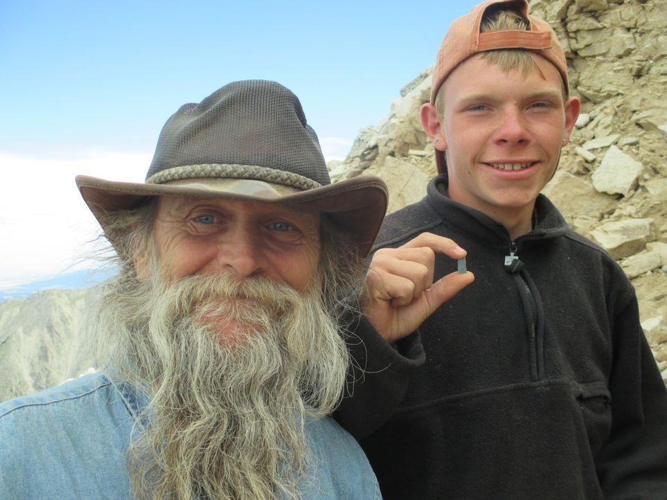 Dwayne (l.) nimmt seinen Enkel Justin (r.) mit auf den Berg, zu einer besonderen Mission ... - Bildquelle: High Noon Entertainment, 2015