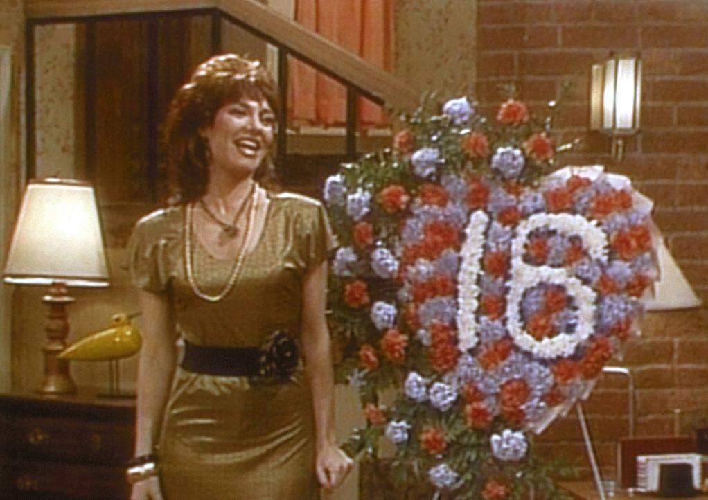 Gut gelaunt begeht Peggy (Katey Sagal) ihren sechzehnten Hochzeitstag. - Bildquelle: Sony Pictures Television International. All Rights Reserved.